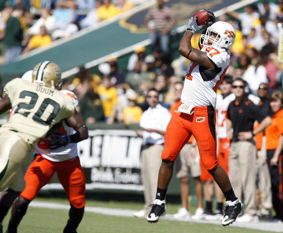 Photo - OSU's Tracy Moore (87) catches a pass during the college football game between Baylor University and Oklahoma State University (OSU) at Floyd Casey Stadium in Waco, Texas, Saturday, Oct. 24, 2009.  Photo by Sarah Phipps, The Oklahoman