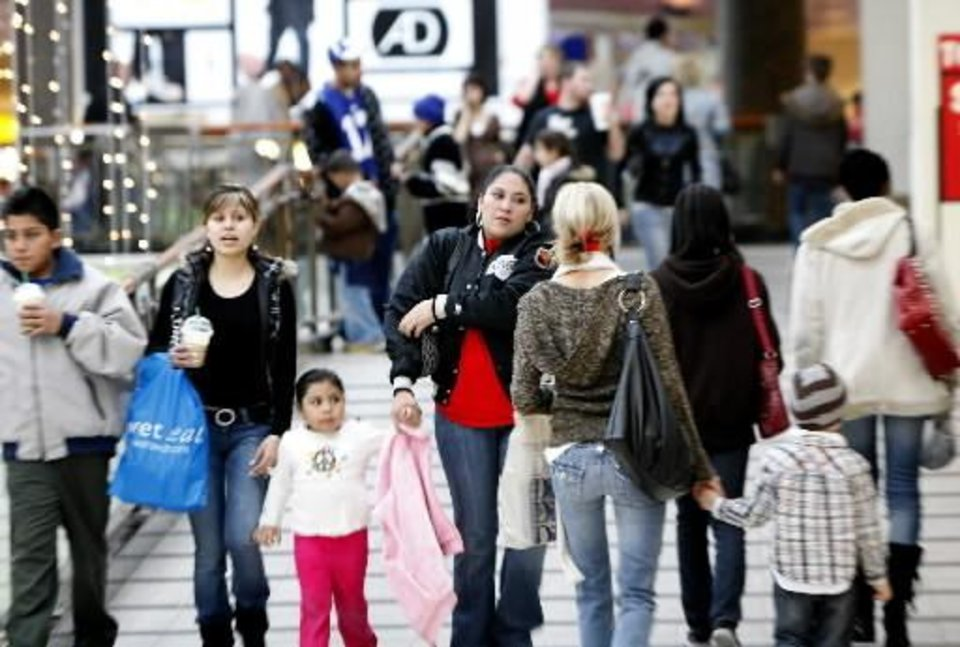 Photo - Customers do last-minute shopping at  Penn  Square Mall, Wednesday, Dec. 23, 2009, in Oklahoma City. Photos by Sarah Phipps, The Oklahoman