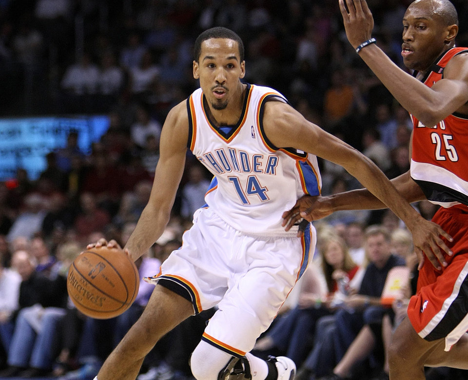 OKLAHOMA CITY THUNDER / PORTLAND TRAIL BLAZERS / NBA BASKETBALL Oklahoma City Thunder guard Shaun Livingston drives past Portland\'s Travis Outlaw during the Thunder - Portland game April 3, 2009 in the Ford Center in Oklahoma City. BY HUGH SCOTT, THE OKLAHOMAN ORG XMIT: KOD