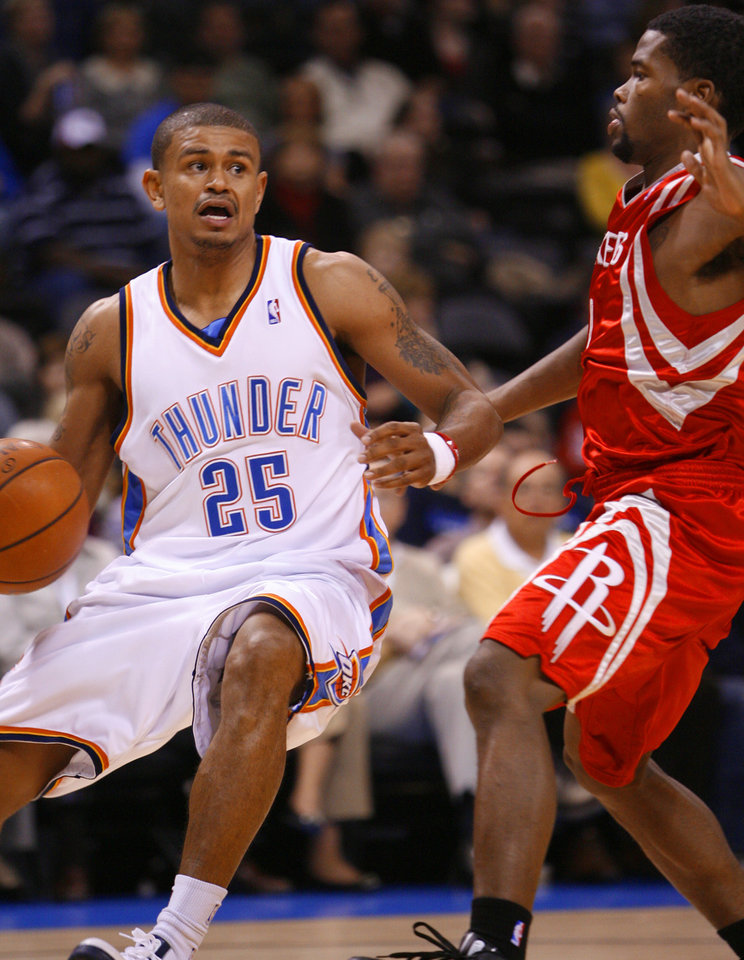 Earl Watson (25) turns to the basket guarded by Kyle Weaver (0) in the second half as the Oklahoma City Thunder plays the Houston Rockets at the Ford Center in Oklahoma City, Okla. on Friday, January 9, 2009. 