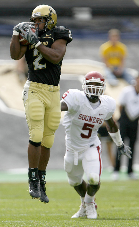 Photo - Hugh Charles of Colorado catches a pass in front of Nic Harris of OU during the first half of the college football game between the University of Oklahoma Sooners (OU) and the University of Colorado Buffaloes (CU) at Folsom Field on Saturday, Sept. 28, 2007, in Boulder, Co.  By Bryan Terry, The Oklahoman