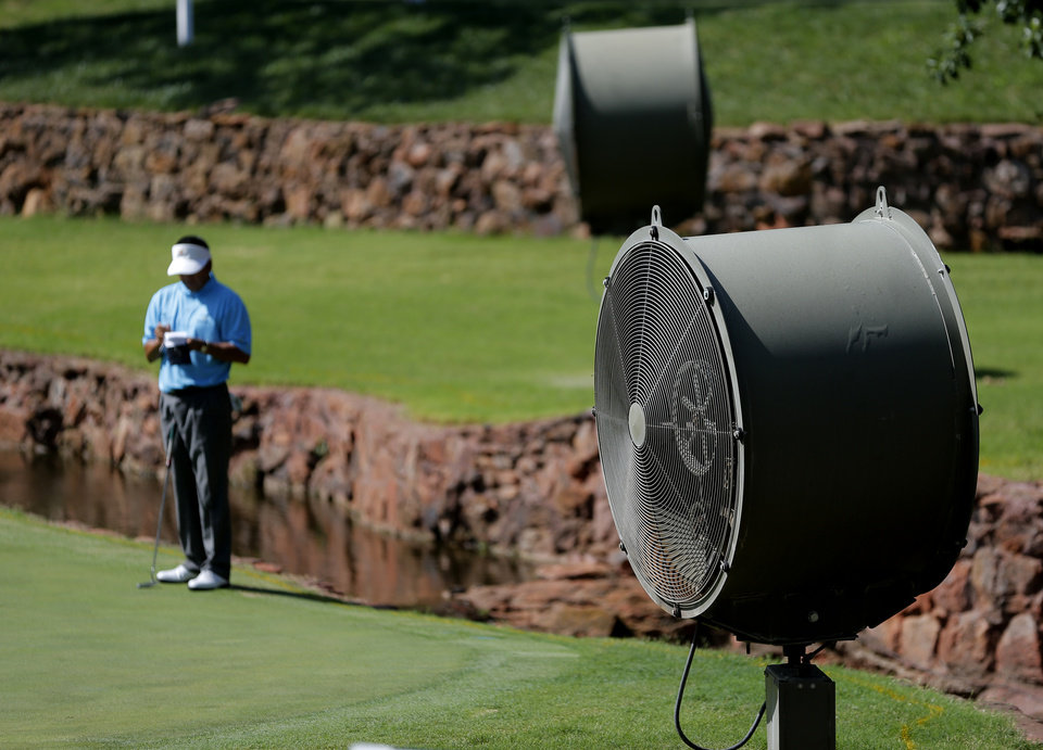 Photo - Large fans surround the green on No. 4 during the U.S. Senior Open at Oak Tree National in Edmond, Okla., Tuesday, July 8, 2014. Photo by Bryan Terry, The Oklahoman