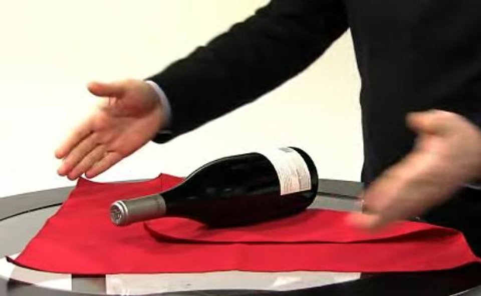 Photo - HOLIDAY HOW-TO / WRAPPING / STEP-BY-STEP / HOW TO WRAP A WINE BOTTLE IN A NAPKIN / WINE SWADDLE / DIRECTIONS ORG XMIT: 0812151600353109
