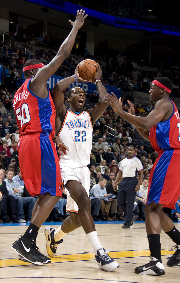 Photo - Oklahoma City's Jeff Green (22) passes the ball between the Clippers Zach Randolph (50) and Al Thornton (12) during the NBA basketball game between the Oklahoma City Thunder and the Los Angeles Clippers at the Ford Center in Oklahoma City, Tuesday, Dec. 16, 2008. PHOTO BY SARAH PHIPPS, THE OKLAHOMAN ORG XMIT: KOD