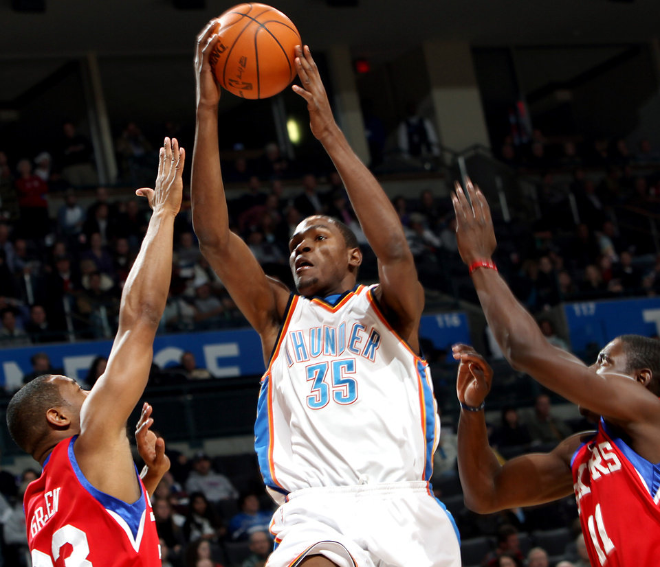 Photo - OKLAHOMA CITY THUNDER / PHILADELPHIA 76ERS: Oklahoma City's Kevin Durant puts up a shot in front of Philadelphia's Willie Green (left) and Jrue Holiday during the first half of their NBA basketball game at the Ford Center in Oklahoma City on Wednesday, Dec. 2, 2009. By John Clanton, The Oklahoman ORG XMIT: KOD