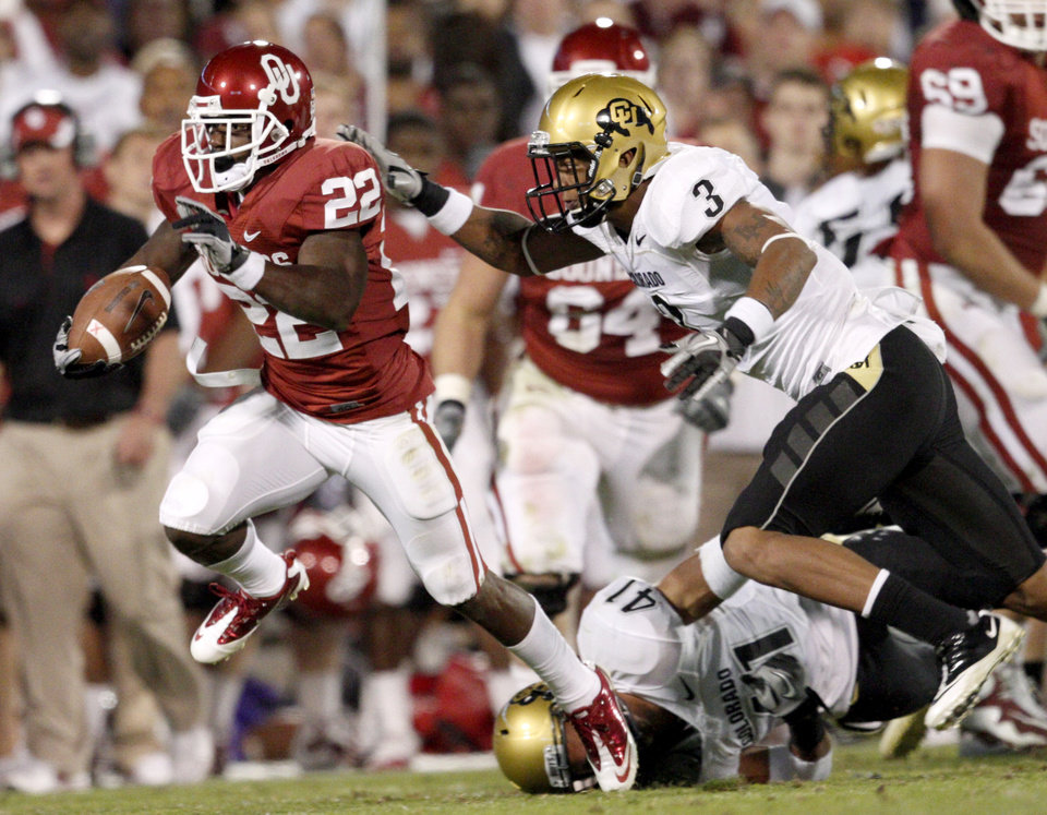 Photo - OU's Roy Finch runs past Colorado's Jimmy Smith, top, and Terrel Smith during the college football game between the University of Oklahoma (OU) Sooners and the University of Colorado Buffaloes at Gaylord Family-Oklahoma Memorial Stadium in Norman, Okla., Saturday, October 30, 2010. Photo by Bryan Terry, The Oklahoman