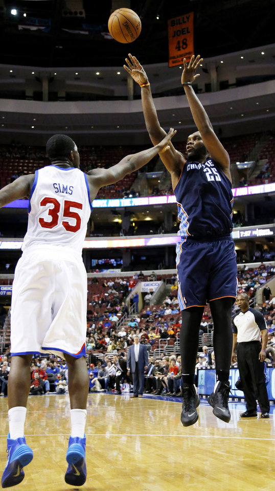 Photo - Charlotte Bobcats' Al Jefferson (25) goes up for a shot against Philadelphia 76ers' Henry Sims (35) during the first half of an NBA basketball game, Wednesday, April 2, 2014, in Philadelphia. (AP Photo/Matt Slocum)
