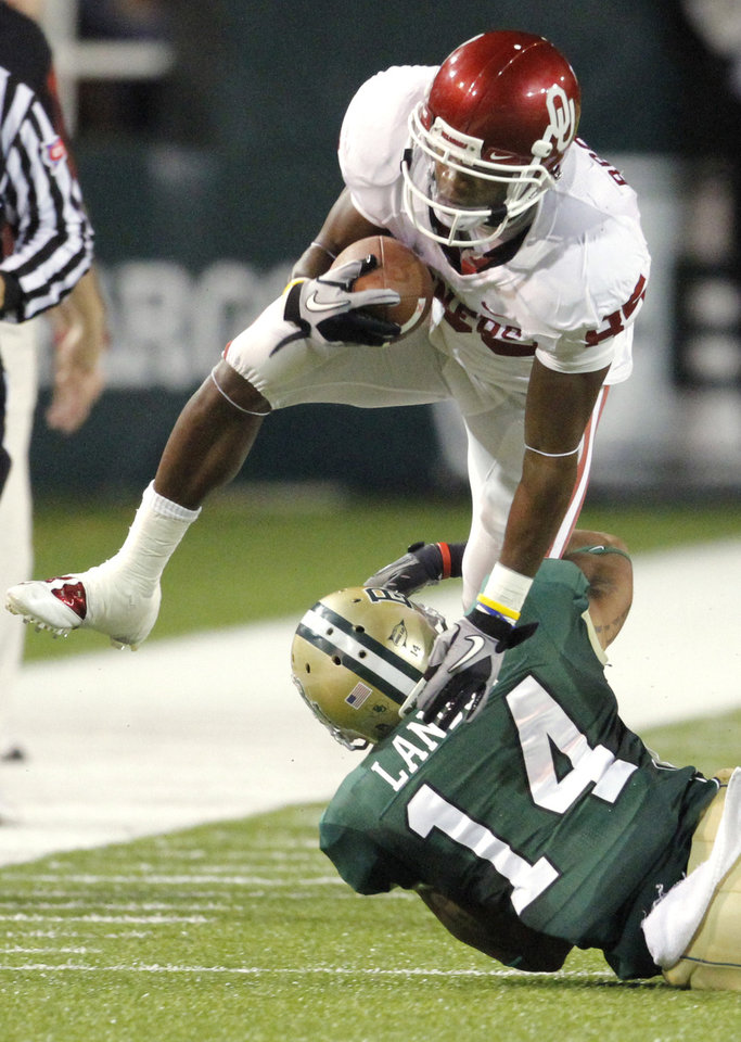 Photo - Ryan Broyles (85) gets extra yards after a catch during the first half of the college football game between the University of Oklahoma Sooners (OU) and the Baylor Bears (BU) at Floyd Casey Stadium on Saturday, November 20, 2010, in Waco, Texas.   Photo by Steve Sisney, The Oklahoman