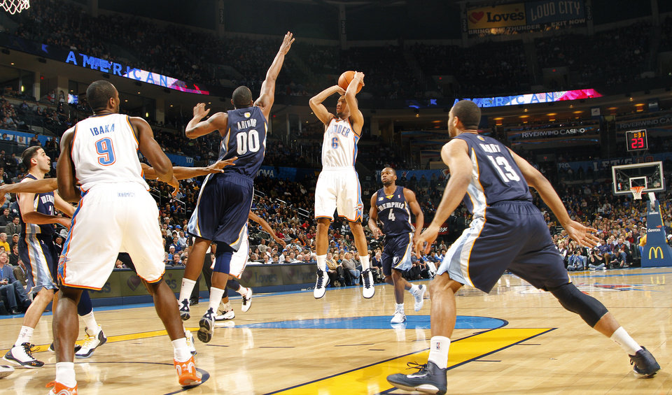 Photo - The Thunder's Eric Maynor (6) shoots the ball during the NBA basketball game between the Oklahoma City Thunder and the Memphis Grizzlies at the Oklahoma City Arena on Tuesday, Feb. 8, 2011, Oklahoma City, Okla.Photo by Chris Landsberger, The Oklahoman