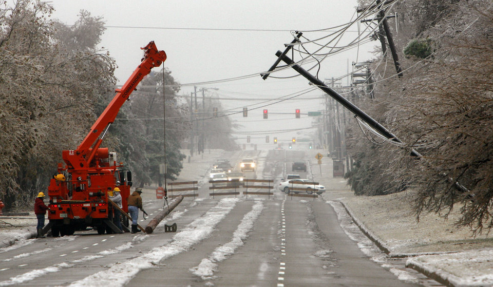 WINTER / COLD / WEATHER / ICE STORM: An OG&E crew prepares to work on a power line that hangs over May Ave, just south of 122nd in Oklahoma City, Monday, Dec. 10., 2007. By Bryan Terry, The Oklahoman ORG XMIT: KOD
