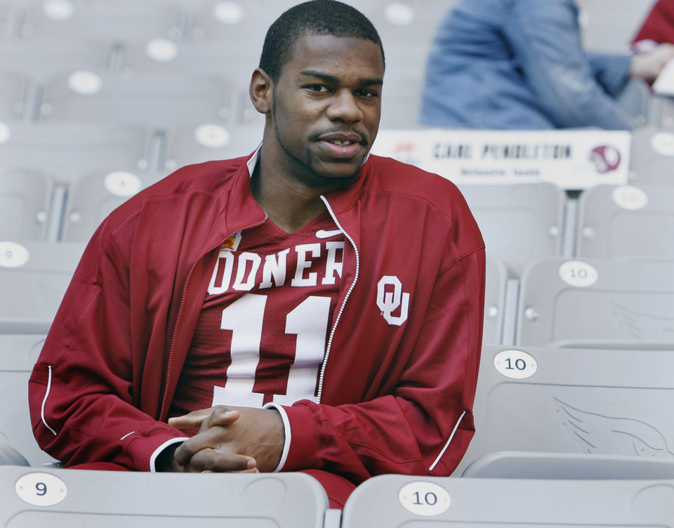 Photo - COLLEGE FOOTBALL: University of Oklahoma (OU) defensive back Lendy Holmes talks with the media at University of Phoenix Stadium on Media Day for the Fiesta Bowl in (Glendale) Phoenix, Arizona on Saturday, December 30, 2006.  by Steve Sisney/The Oklahoman ORG XMIT: KOD