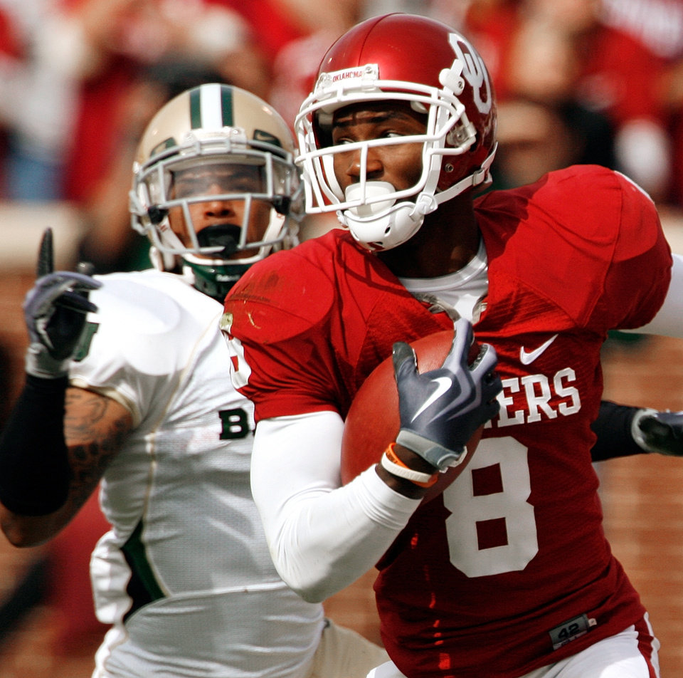 Photo - Brandon Caleb carries after a pass during the first half of the college football game between The University of Oklahoma Sooners (OU) and the Baylor Bears at the Gaylord Family-Oklahoma Memeorial Stadium on Saturday, Oct. 10, 2009, in Norman, Okla.