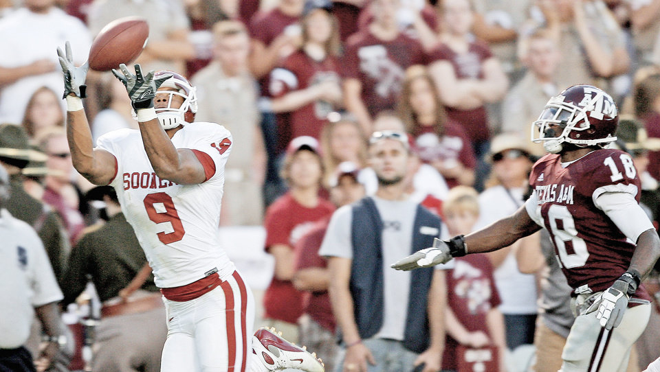 Photo - OU's Juaquin Iglesias, left, is Mel Kiper's top-ranked senior wide receiver.  PHOTO BY BRYAN TERRY, THE OKLAHOMAN