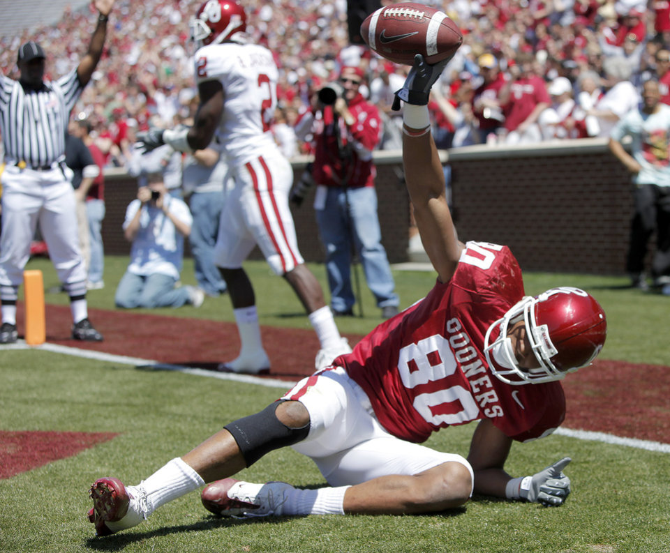 Photo - SPRING FOOTBALL GAME: OU's Adron Tennell catches a touchdown during the University of Oklahoma's Red-White college football game at The Gaylord Family -- Oklahoma Memorial Stadiumin Norman, Okla., Saturday, April 11, 2009. Photo by Bryan Terry, The Oklahoman ORG XMIT: KOD