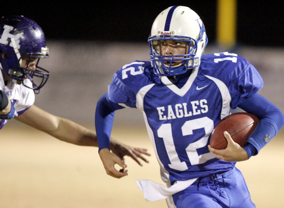 Photo - Hennessey's Caleb Weaver runs past Barton Myers of Hominy during a Class A playoff high school football game in Hennessey, Okla., Friday, Nov., 28, 2008. BY BRYAN TERRY, THE OKLAHOMAN ORG XMIT: KOD