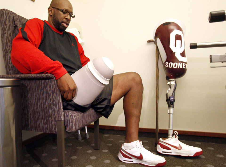 Photo - CANCER / LEG / AMPUTEE / AMPUTATION: Wayman Tisdale prepares to put on his prosthetic leg, Tuesday, Oct. 21, 2008, at Sabolich Prosthetic and Research in Oklahoma City. PHOTO BY SARAH PHIPPS, THE OKLAHOMAN  ORG XMIT: KOD