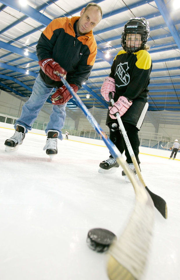 Photo - Hockey coach Mike McEwen works with 7-year-old Haedyn Harrison at Arctic Edge Ice Arena in Edmond, Okla. May 15 , 2008.  BY STEVE GOOCH, THE  OKLAHOMAN.  ORG XMIT: KOD