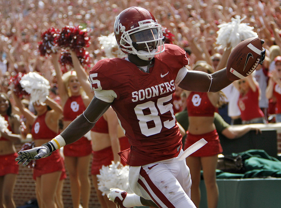 Photo - Oklahoma's Ryan Broyles celebrates after a touchdown during the first half of the college football game between the University of Oklahoma Sooners (OU) and the Florida State University Seminoles (FSU) on Sat., Sept. 11, 2010, in Norman, Okla.  Photo by Chris Landsberger, The Oklahoman