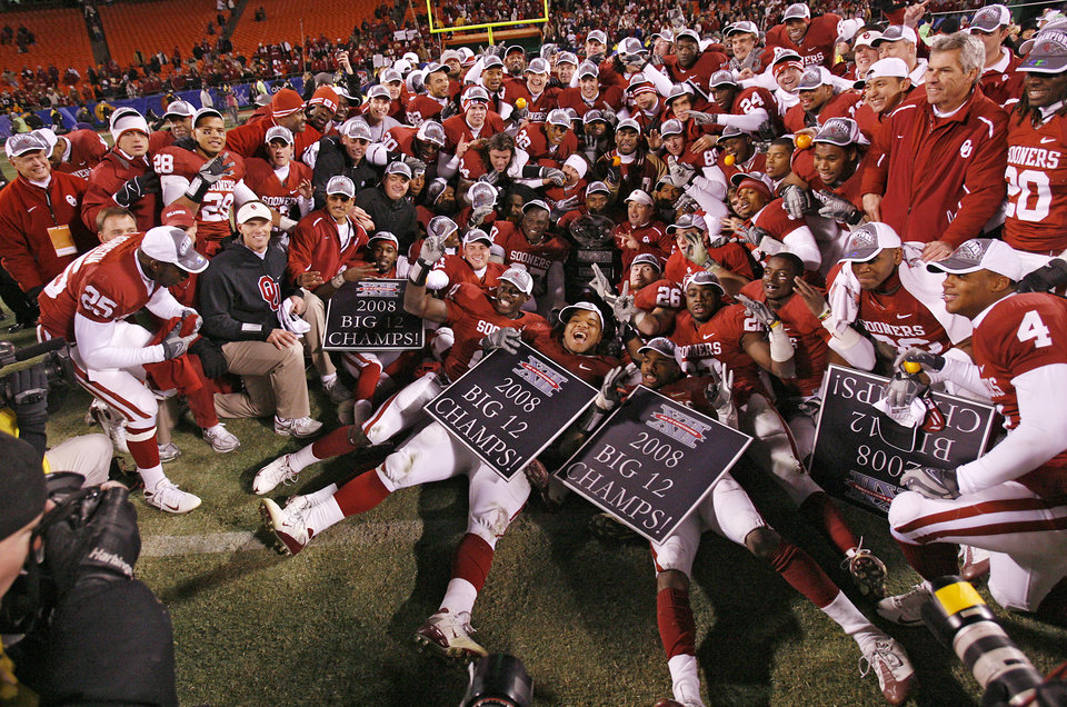 Photo - The Sooners pose for a team photo after winning the Big 12 Championship college football game between the University of Oklahoma Sooners (OU) and the University of Missouri Tigers (MU) on Saturday, Dec. 6, 2008, at Arrowhead Stadium in Kansas City, Mo. 