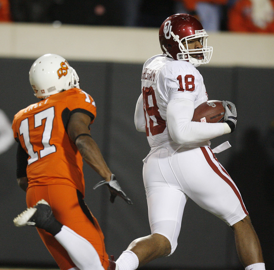Jermaine Gresham looks over his shoulder at Jacob Lacey on his touchdown reception during the second half of the college football game between the University of Oklahoma Sooners (OU) and Oklahoma State University Cowboys (OSU) at Boone Pickens Stadium on Saturday, Nov. 29, 2008, in Stillwater, Okla. STAFF PHOTO BY SARAH PHIPPS