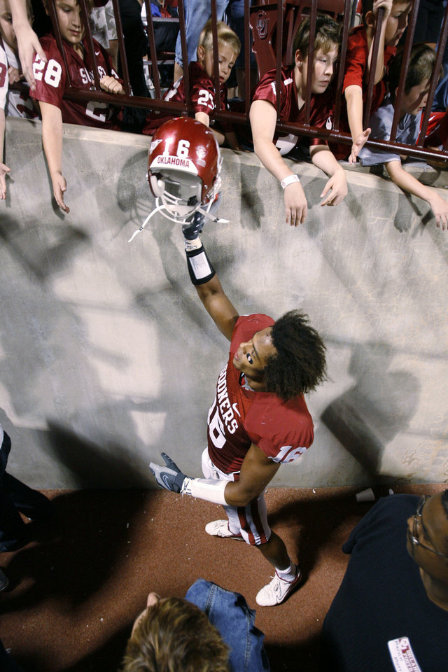 Photo - Young fans reach to touch Lewis Baker's helmet after the University of Oklahoma Sooners (OU) 41-31 victory over the University of Missouri Tigers (MU) at the Gaylord Family Oklahoma Memorial Stadium on Saturday, Oct. 13, 2007, in Norman, Okla.  By STEVE SISNEY, The Oklahoman