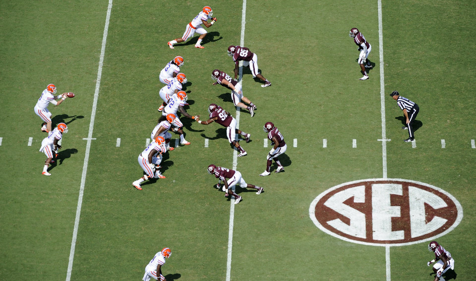 Photo -   Florida quarterback Jeff Driskel (6) takes the snap against Texas A&M during the second quarter of an NCAA college football game, Saturday, Sept. 8, 2012, in College Station, Texas. Texas A&M begins a new era with its first Southeastern Conference game after leaving the Big 12 Conference. (AP Photo/Dave Einsel)