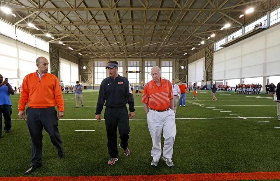 Photo - Oklahoma State head football coach Mike Gundy, left, talks with Boone Pickens during a practice in Stillwater, Okla., Friday, April 10, 2015. Photo by Bryan Terry, The Oklahoman