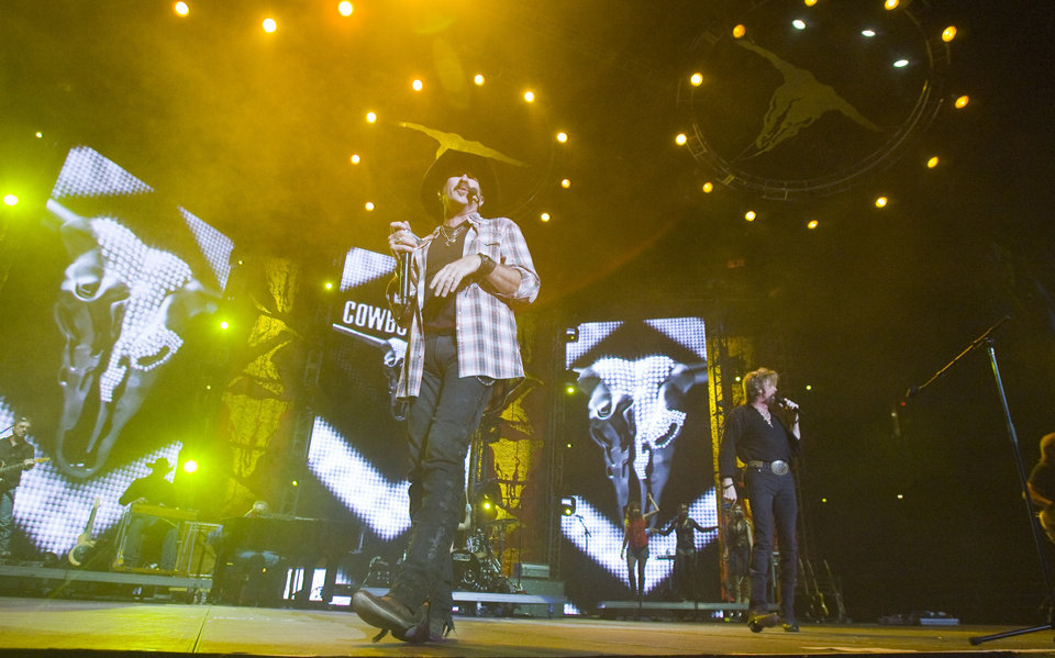 CONCERT / Kix Brooks, left, and Ronnie Dunn of Brooks & Dunn perform at the Ford Center, Sunday, August 17, 2008. SARAH PHIPPS, THE OKLAHOMAN  ORG XMIT: KOD