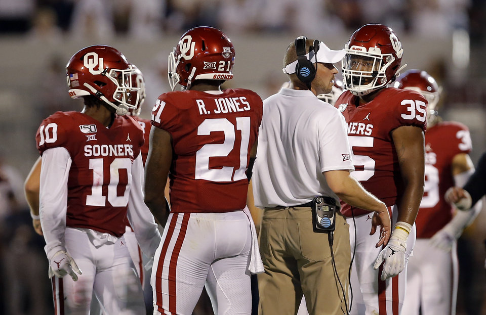 Photo - OU's Alex Grinch talks with players during a time out during a college football game between the University of Oklahoma Sooners (OU) and the Houston Cougars at Gaylord Family-Oklahoma Memorial Stadium in Norman, Okla., Sunday, Sept. 1, 2019. [Sarah Phipps/The Oklahoman]