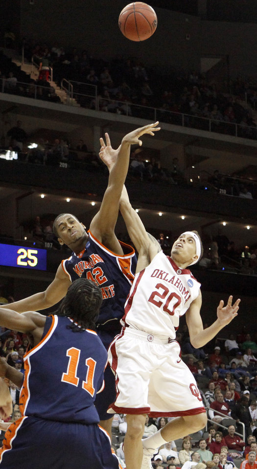 Photo - OU's Austin Johnson and Morgan State's Rodney Stokes fight for the ball during a first round game of the men's NCAA tournament between Oklahoma and Morgan State in Kansas City, Mo., Thursday, March 19, 2009.  PHOTO BY BRYAN TERRY, THE OKLAHOMAN