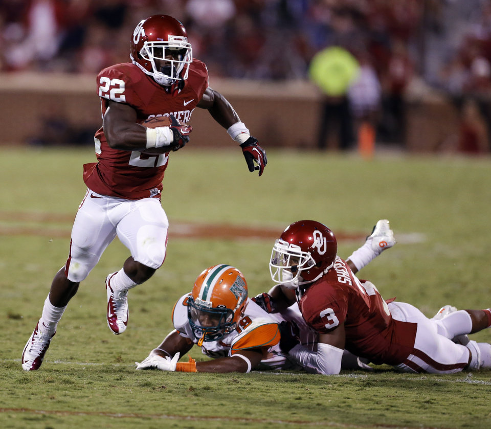 Photo - Roy Finch (22) runs past a block by Sterling Shepard (3) during the second half of the college football game between the University of Oklahoma Sooners (OU) and Florida A&M Rattlers at Gaylord Family—Oklahoma Memorial Stadium in Norman, Okla., Saturday, Sept. 8, 2012. Photo by Steve Sisney, The Oklahoman