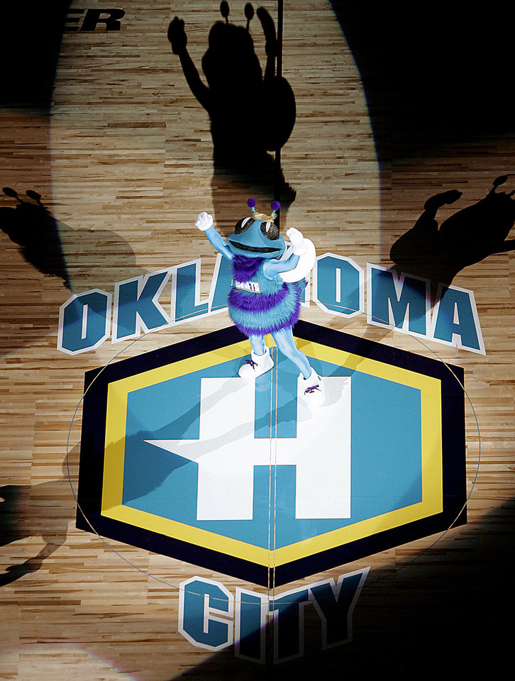 "Photo - NBA BASKETBALL, PRE-SEASON, PRESEASON, MASCOTS: Hornets masot ""Hugo the Hornet"", performs during pregame ceremonies during the New Orleans/Oklahoma City Hornets exhibition game against the Denver Nuggets, Sunday, October 23, 2005, in Oklahoma City.  by Bryan Terry/The Oklahoman."