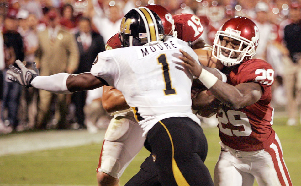 Photo - OU #29 Chris Brown runs around MU's William Moore during his touchdown in the third quarter of the college football game between  the University of Oklahoma Sooners (OU) and the University of Missouri Tigers (MU) at the Gaylord Family Oklahoma Memorial Stadium on Saturday, Oct. 13, 2007, in Norman, Okla. By STEVE GOOCH, The Oklahoman