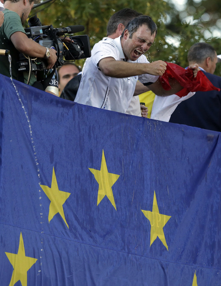 Europe's Francesco Molinari celebrates after winning the Ryder Cup PGA golf tournament Sunday, Sept. 30, 2012, at the Medinah Country Club in Medinah, Ill. (AP Photo/Charlie Riedel)  ORG XMIT: PGA237