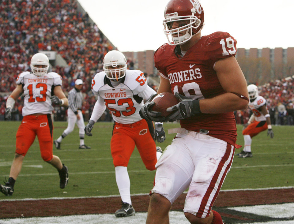 Photo - Oklahoma's Joe Jon Finley (19) pulls in a reception for touchdown during the first half of the college football game between the University of Oklahoma Sooners (OU) and the Oklahoma State University Cowboys (OSU) at the Gaylord Family-Memorial Stadium on Saturday, Nov. 24, 2007, in Norman, Okla. 