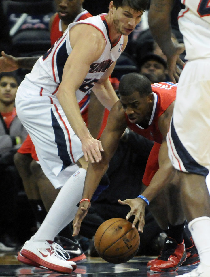 Photo -   Atlanta Hawks' Kyle Korver (26) blocks Los Angeles Clippers' Chris Paul (3) in the first half of an NBA basketball game at Philips Arena in Atlanta, Saturday, Nov. 24, 2012. (AP Photo/David Tulis)