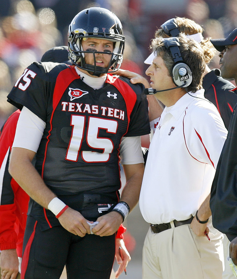 Photo - Texas Tech head coach Mike Leach talks with Texas Tech's Taylor Potts during the college football game between the University of Oklahoma Sooners (OU) and Texas Tech University Red Raiders (TTU ) at Jones AT&T Stadium in Lubbock Okla., Saturday, Nov. 21, 2009. Photo by Bryan Terry, The Oklahoman