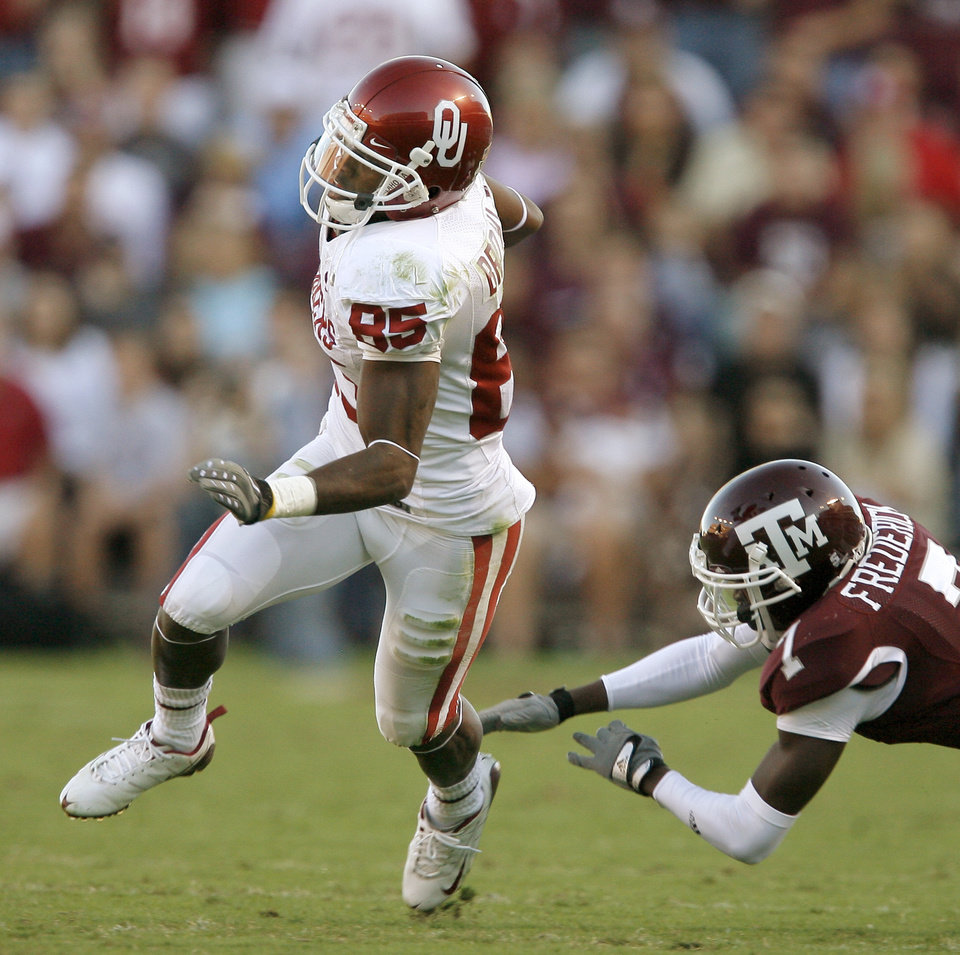 Photo - OU's Ryan Broyles runs past Terrence Frederick of Texas A&M during the college football game between the University of Oklahoma and Texas A&M University at Kyle Field in College Station, Texas, Saturday, November 8, 2008.  BY BRYAN TERRY, THE OKLAHOMAN