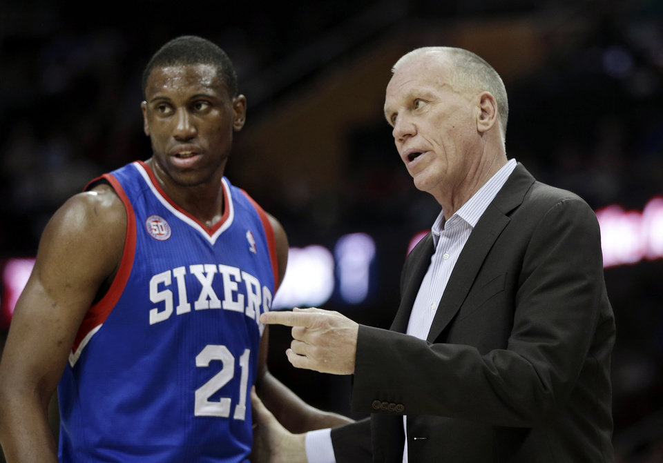 Photo -   Philadelphia 76ers coach Doug Collins talks to Thaddeus Young (21) during the first quarter of an NBA basketball game against the Cleveland Cavaliers on Wednesday, Nov. 21, 2012, in Cleveland. (AP Photo/Mark Duncan)