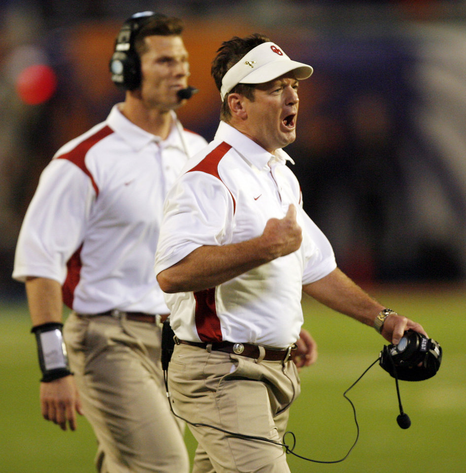 Photo - Oklahoma coach Bob Stoops yells at his team during the first half of the BCS National Championship college football game between the University of Oklahoma Sooners (OU) and the University of Florida Gators (UF) on Thursday, Jan. 8, 2009, at Dolphin Stadium in Miami Gardens, Fla. 