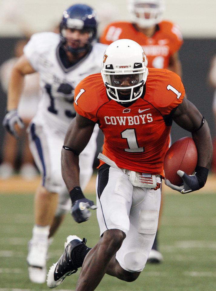 Photo - OSU's Dez Bryant runs after a catch in the second quarter during the college football game between Oklahoma State University (OSU) and Rice University at Boone Pickens Stadium in Stillwater, Okla., Saturday, Sept. 19, 2009. Photo by Nate Billings, The Oklahoman ORG XMIT: KOD