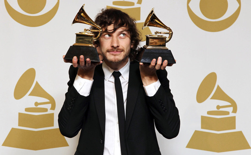 Photo - Gotye poses backstage with the awards for best pop duo/group performance for