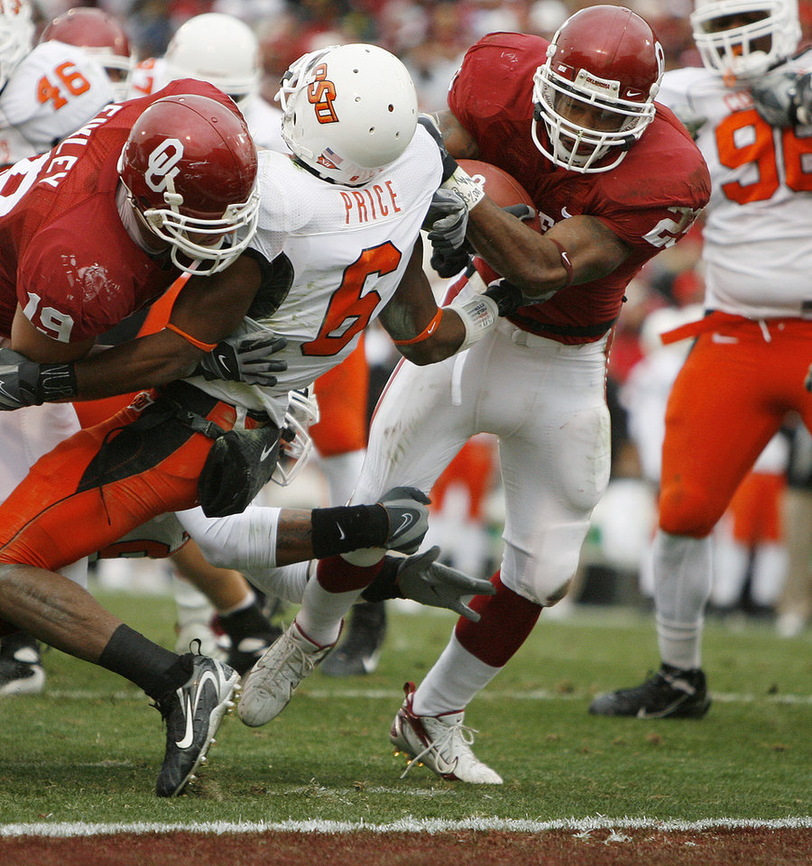 Photo - OU's Allen Patrick runs for a touchdown past Ricky Price of OSU during the first half of the college football game between the University of Oklahoma Sooners (OU) and the Oklahoma State University Cowboys (OSU) at the Gaylord Family-Memorial Stadium on Saturday, Nov. 24, 2007, in Norman, Okla.  Photo By Bryan Terry, The Oklahoman