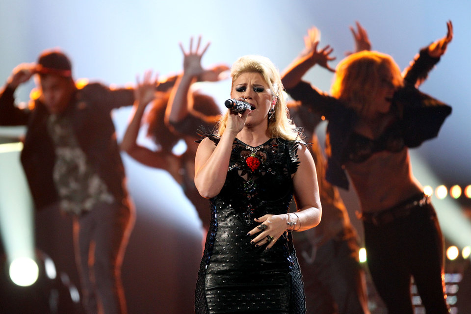 Photo -   Kelly Clarkson performs a medley of her songs at the 40th Annual American Music Awards on Sunday, Nov. 18, 2012, in Los Angeles.(Photo by Matt Sayles/Invision/AP)