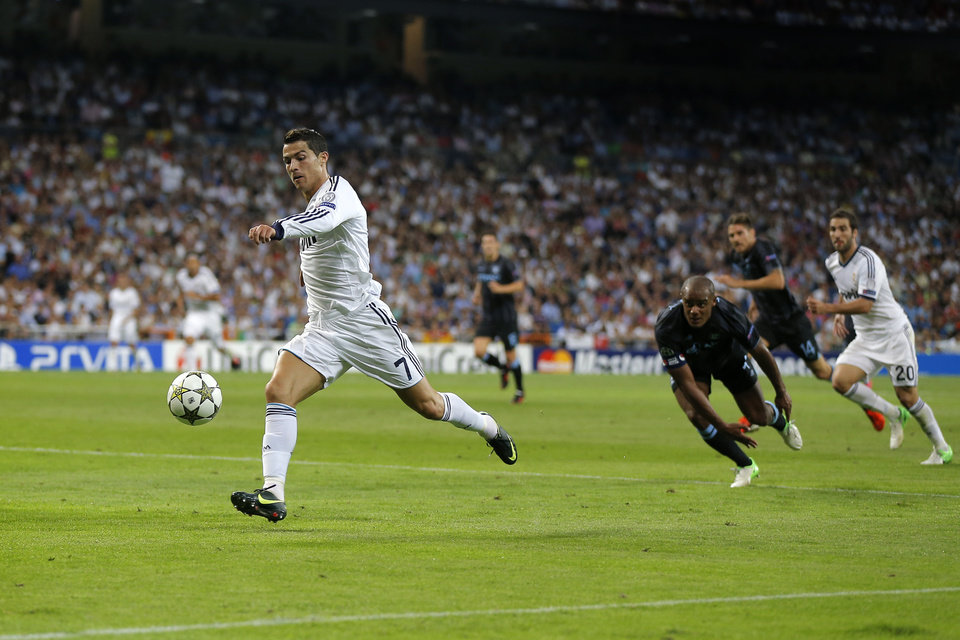 Photo -   Real Madrid's Cristiano Ronaldo from Portugal controls the ball during a Champions League Group D soccer match against Manchester City at the Santiago Bernabeu Stadium, in Madrid, Tuesday, Sept. 18, 2012. (AP Photo/Daniel Ochoa De Olza)
