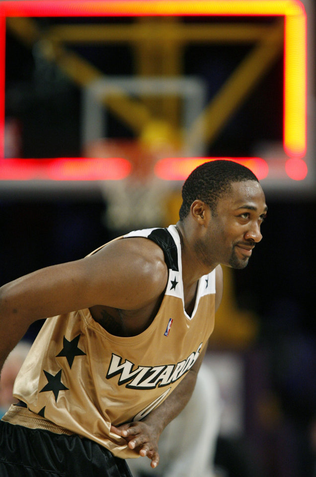 Photo - Washington Wizards guard Gilbert Arenas bows to the crowd after the buzzer in the Wizard 147-141 victory over the Los Angeles Lakers in an NBA basketball game in Los Angeles, Sunday, Dec. 17, 2006. Arenas scored 60 points in the game. (AP Photo/ Mark Avery) ORG XMIT: CAMA109