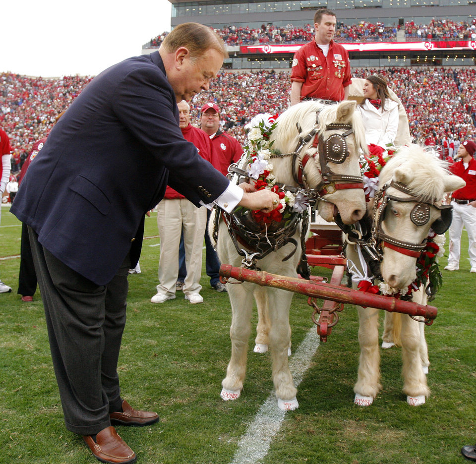 Photo - University of Oklahoma president David Boren puts a wreath on Sooner during a retirement ceremony before the college football game between the University of Oklahoma Sooners (OU) and the Oklahoma State University Cowboys (OSU) at the Gaylord Family-Memorial Stadium on Saturday, Nov. 24, 2007, in Norman, Okla. 