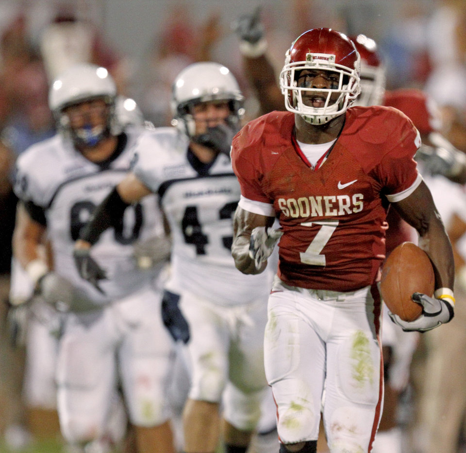 Photo - OU's DeMarco Murray runs for a touchdown during the second half of the college football game between the University of Oklahoma Sooners (OU) and Utah State University Aggies (USU) at the Gaylord Family-Oklahoma Memorial Stadium on Saturday, Sept. 4, 2010, in Norman, Okla.   Photo by Bryan Terry, The Oklahoman