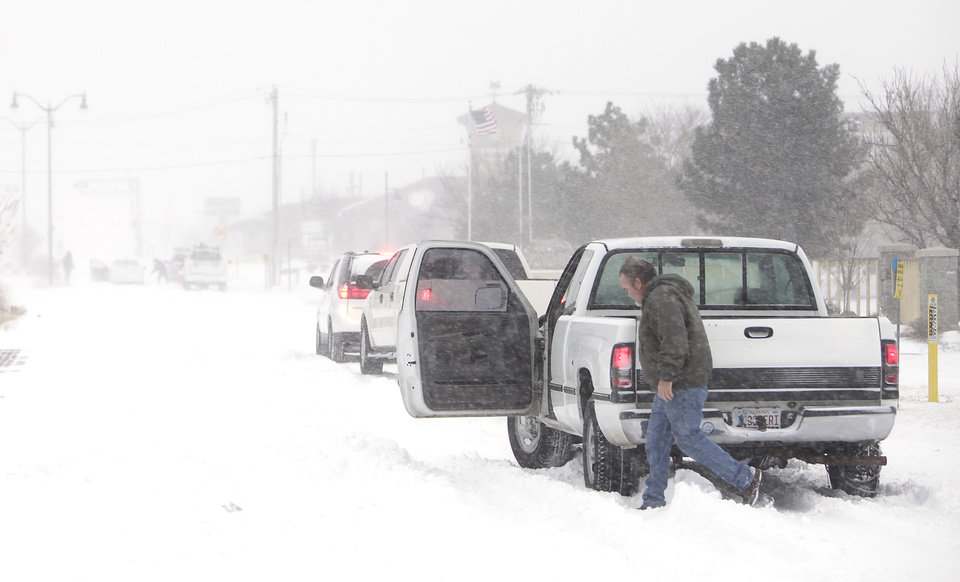 Photo - A stranded motorists on 15th just west of Broadway in Edmond, Tuesday, February 1, 2011.      Photo by David McDaniel, The Oklahoman