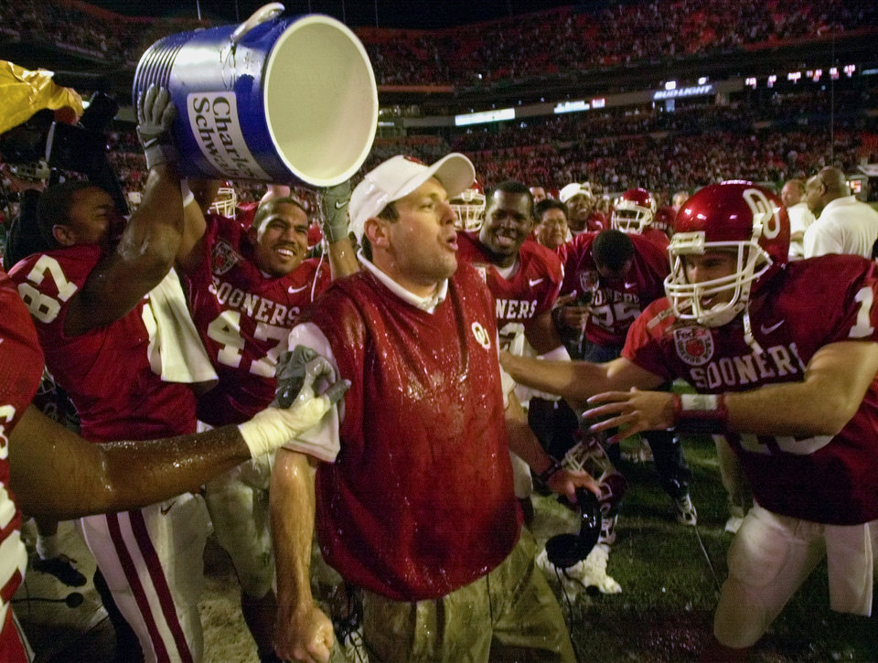 Photo - NATIONAL CHAMPIONSHIP, COLLEGE FOOTBALL: OU coach Bob Stoops reacts after getting drenched by his players after the Sooners beat Florida State 13-2 in the Orange Bowl Wednesday, Jan. 3, 2001 at Pro Player Stadium in Miami, Fla. (AP Photo/David F. Martin)